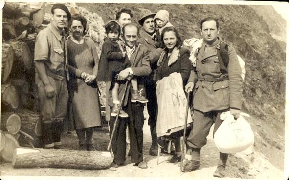יד-ושם-קבוצת-פליטים-בהרי-האלפים-בליווי-חיילים-איטלקים